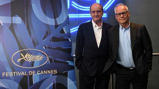Le président du Festival de Cannes, Pierre Lescure (gauche), et son délégué général, Thierry Frémaux (droite), lors de la conférence de presse dévoilant les 56 films sélectionnés pour le 73e Festival de Cannes, le 3 juin 2020. (ANNE-CHRISTINE POUJOULAT / AFP)
