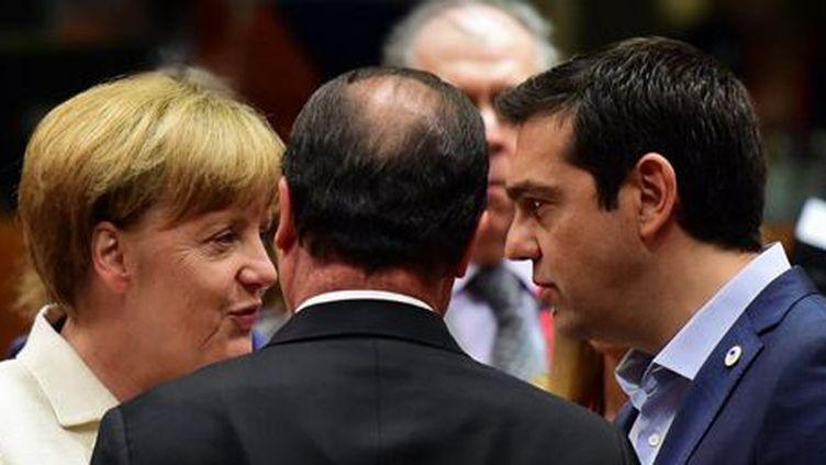 La chancelière allemande Angela Merkel, le président français François Hollande (de dos) et le Premier ministre grec Alexis Tsipras le 12 juillet 2015 à Bruxelles (AFP - John MACDOUGALL)