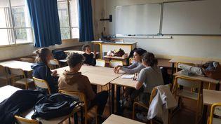 Les cinq élèves du lycée Hélène-Boucher de Paris qui ont créé le groupe Climaction, le 4 avril 2019 dans une salle de l'établissement. (CLEMENTINE VERGNAUD / RADIO FRANCE)