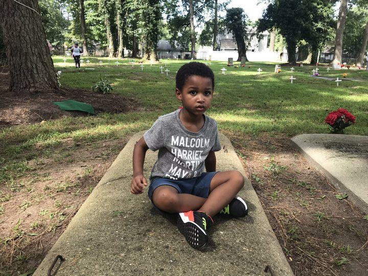 Dans le cimetière afro américain de Hampton (Virginie),les descendants de William Tucker dont les parents esclaves (originaires d'Angola) ont été débarqués de force ici, se retrouvent 400 ans plus tard. (GREGORY PHILIPPS / RADIO FRANCE)