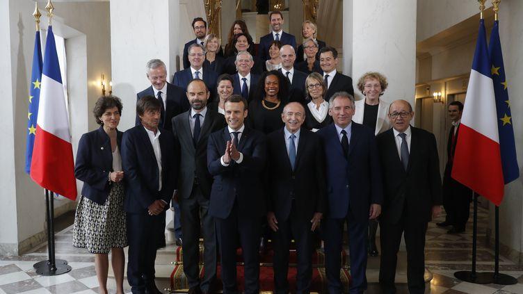 Emmanuel Macron pose avec son gouvernement à l'issue du premier Conseil des ministres, à l'Elysée, jeudi 18 mai 2017. (PHILIPPE WOJAZER / POOL)