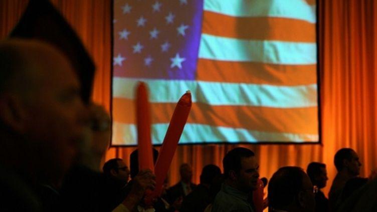 Drapeau américain lors d'un rassemblement républicain pour regarder les résultats (2 novembre 2010) (AFP/KEVORK DJANSEZIAN)