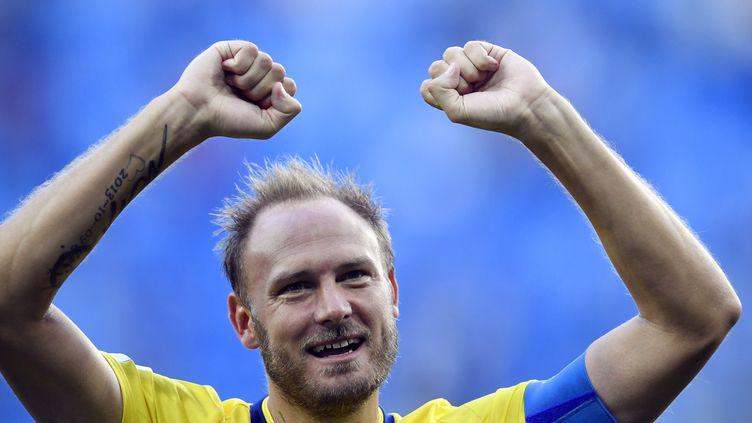 Le capitaine suédoisAndreas Granqvistcélèbre la victoire de son équipe contre la Suisse en huitième de finale de la Coupe du monde 2018, à Saint-Pétersbourg (Russie), le 3 juillet 2018. (CHRISTOPHE SIMON / AFP)