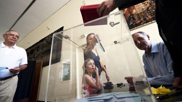 Des Français votent samedi 21 avril, au Brésil. (ANTONIO SCORZA / AFP)