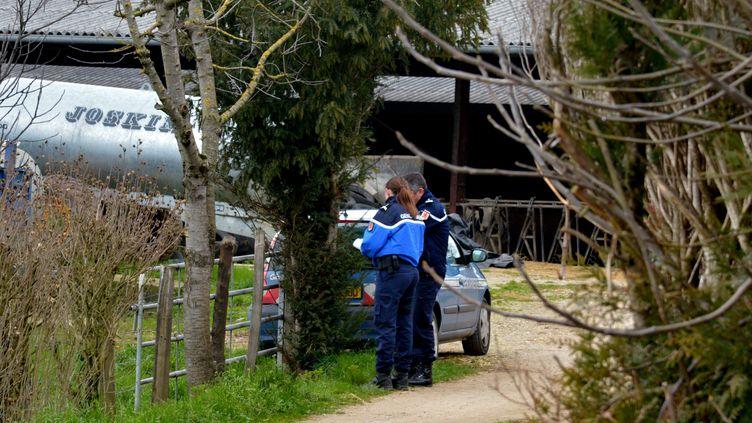 Des gendarmes enquêtent sur les lieux du meurtre d'une conseillère agricole, le 17 février 2016, à Mayran (Aveyron). (MAXPPP)