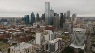 """Vue panoramique sur la ville de Dallas depuis la plateforme de la Reunion Tower, une tour d'observation de 171 mètres. Sébastien Archambault:""""Ça a été un gros bol d'air frais d'arriver à Dallas après quatre ans à New York où c'était un peu fermé. Il n'y avait pas de vision longue à cause des buildings."""" (EMMANUEL LANGLOIS / RADIO FRANCE)"""