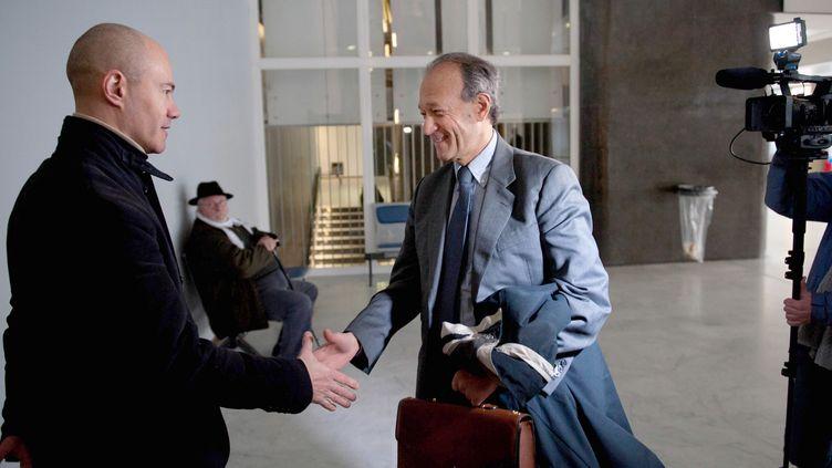 Thierry Gaubert (au centre), ancien collaborateur de Nicolas Sarkozy dans les années 1990, à son arrivée au tribunal de Nanterre, le 6 février 2012. (BERTRAND LANGLOIS / AFP)