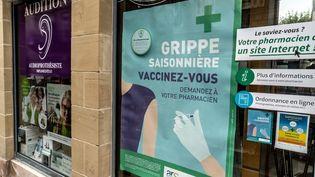Une campagne de vaccination contre la grippe affichée sur une pharmacie de Brive-la-Gaillarde (Corrèze), en octobre 2019. (GARO / AFP)