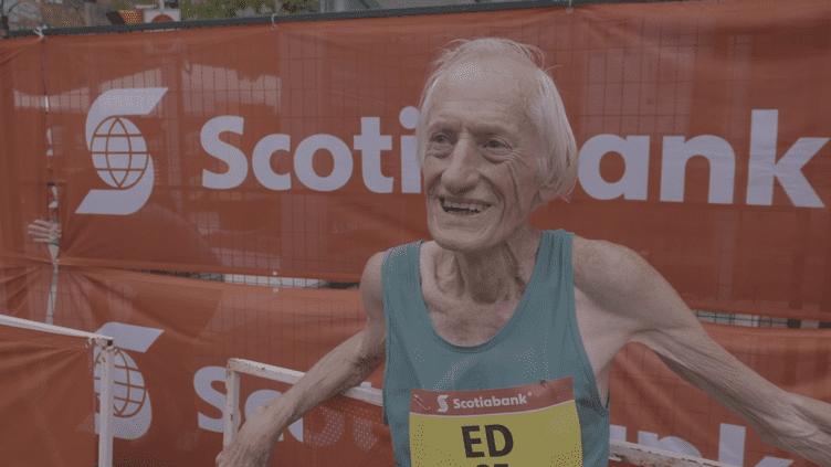 """Ed Whitlock répond aux question du """"Canadian Running Magazine"""" après avoir battu le record du monde du marathon dans sa catégorie d'âge, dimanche 16 octobre à Toronto (Canada). (Canadian Running Magazine / YouTube)"""