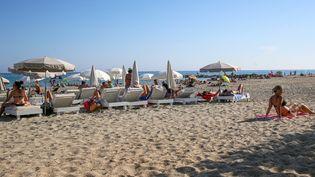 Des vacanciers sur la plage du Lido, à Sète (Hérault), le 25 août 2019. (NICOLAS GUYONNET / HANS LUCAS / AFP)