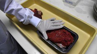Des contrôles sont lancés au Brésil depuis la mise au jour, vendredi 17 mars, d'un vaste réseau de vente de viande avariée. (VANDERLEI ALMEIDA / AFP)
