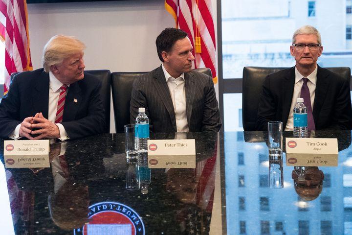 Peter Thiel, le fondateur de Palantir,à droite du président des Etats-Unis, le 14 septembre 2016 à New York,lors d'une rencontre avec les patrons des entreprises de technologies américaines. (DREW ANGERER / GETTY IMAGES NORTH AMERICA)