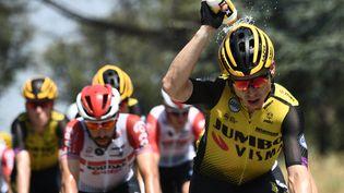 Le Néerlandais Steven Kruijswijk se rafraîchit lors de la seizième étapedu Tour de France, à Nîmes (Gard), le 23 juillet 2019. (ANNE-CHRISTINE POUJOULAT/AFP)