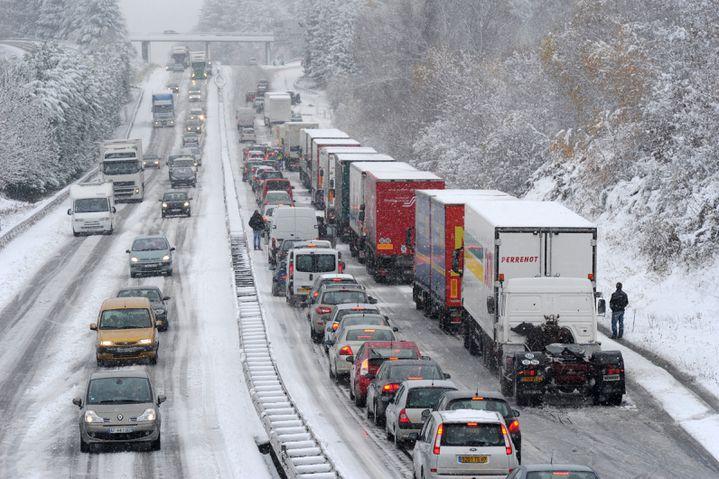 Des files de voitures et de camions coincés par la neige, le 27 novembre 2010 dans le Limousin. (PASCAL LACHENAUD / AFP)
