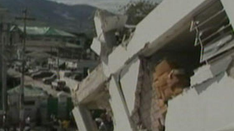 Les bâtiments en ruine après le séisme qui a secoué Haïti, le 12 janvier à 17h locales. (France 2)