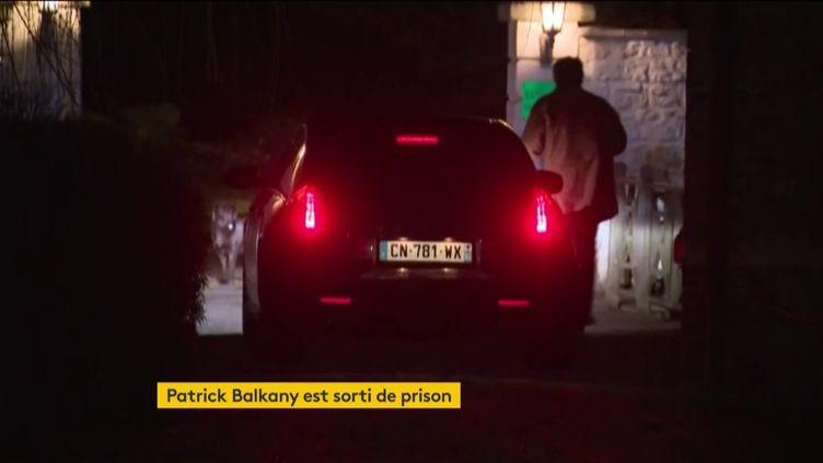 Patrick Balkany arrive dans sa résidence de l'Eure (FRANCEINFO)
