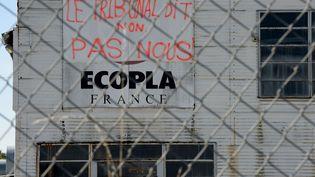 Une banderole sur la façade de l'usine Ecopla, àSaint-Vincent-de-Mercuze (Isère), le 5 octobre 2016. (JEAN PIERRE CLATOT / AFP)
