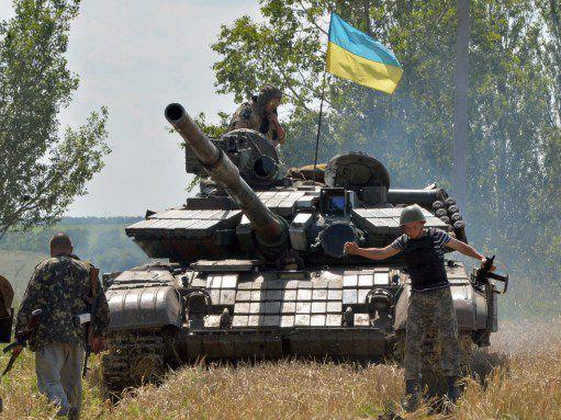 Un char ukrainien à un check-point de l'armée régulière, à moins de 50 kilomètres de Donetsk. (GENYA SAVILOV / AFP)