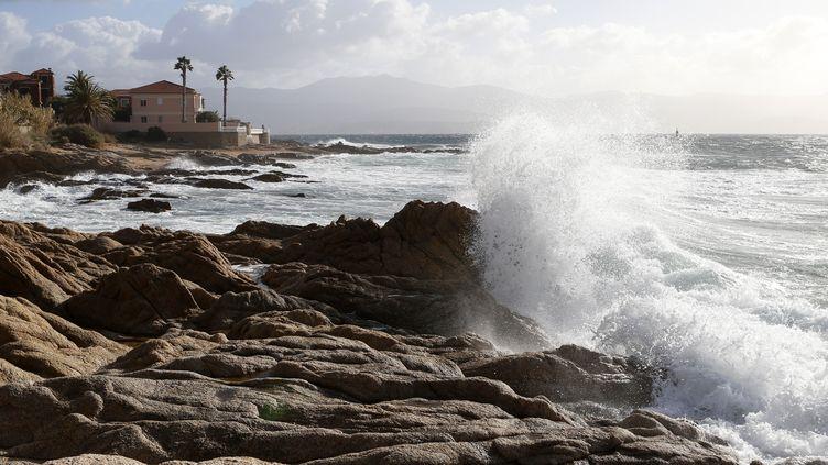 Des vagues hautes à Ajaccio (Corse-du-Sud) lors d'une tempête le 17 janvier 2018. (PASCAL POCHARD-CASABIANCA / AFP)