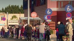 Déconfinement : la vente de masques dans les supermarchés provoque une ruée (FRANCE 3)