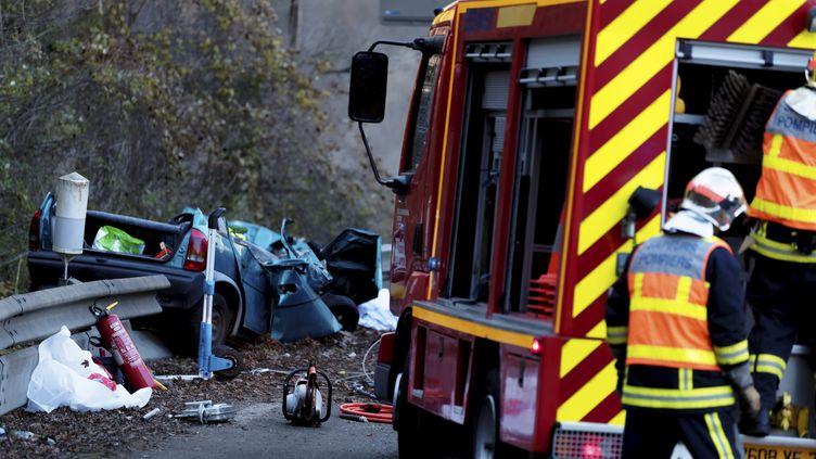 Un accident de la route à Vulbens, en Haute-Savoie, le 7 décembre 2013. (GREGORY YETCHMENIZA / MAXPPP)