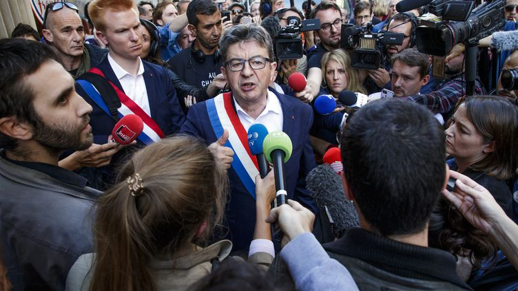 Jean-Luc Mélenchon et ses soutiens improvisent une conférence de presse devant les locaux de La France insoumise, à Paris, le 16 octobre 2018. (CHRISTOPHE PETIT TESSON / MAXPPP)