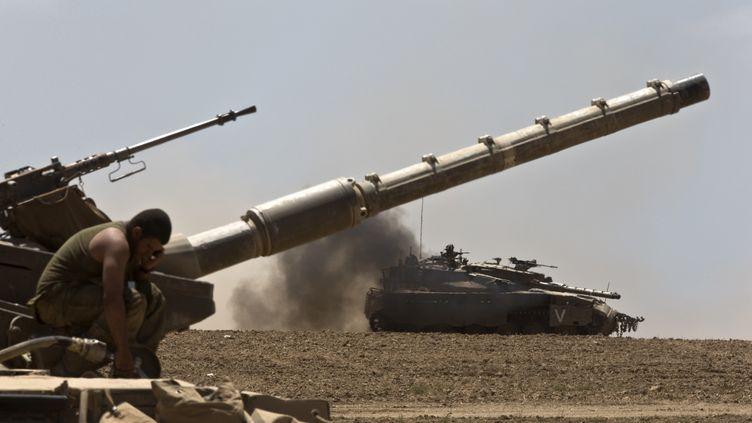 L'armée israélienne déployée en dehors de la bande de Gaza, vendredi 25 juillet. (NIR ELIAS / REUTERS)