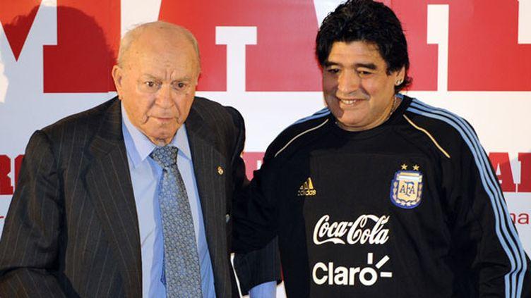 Diego Maradona, qui pose aux côtés d'Alfredo Di Stefano en 2011, a rendu hommage à l'ancienne légende du Real décédée lundi 7 juillet