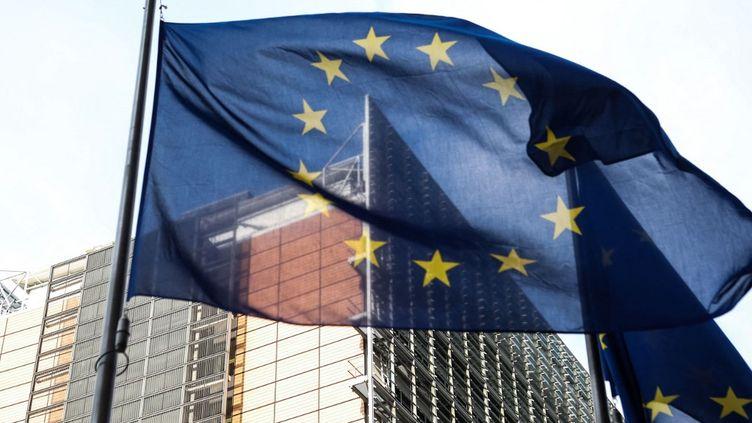 Le drapeau européen flotte devant la Commission européenne à Bruxelles, en Belgique, le 25 mars 2021. (ARIS OIKONOMOU / AFP)