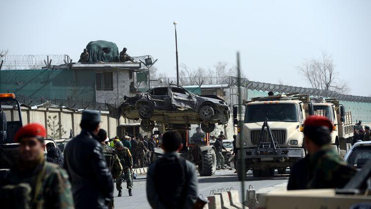 L'armée nationale afghane sur le lieux de l'attentat suicide,revendiqué par les talibans, samedi 9 mars 2013à Kaboul. (MASSOUD HOSSAINI / AFP)