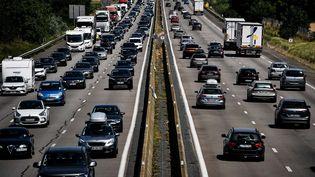 Le trafic a été très important sur les routes, samedi 1er août 2020, comme ici près de Reventin-Vaugris (Isère). (JEFF PACHOUD / AFP)