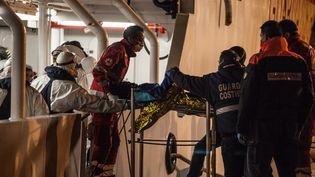 Des gardes-côtes évacuant des migrants rescapés d'un naufrage à Palerme (Italie), le 14 avril 2015. (ANTONIO MELITA / CITIZENSIDE.COM / AFP)