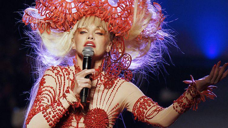 Arielle Dombasle chante au défilé Jean-Paul Gaultier Haute couture printemps-été 2010.  (François Guillot / AFP)