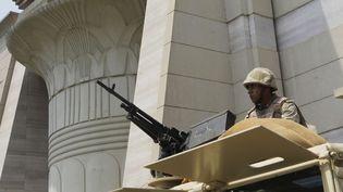 Un soldat égyptien surveille la Cour suprême constitutionnelle, au Caire (Egypte), lundi 19 août. (AMR NABIL / AP / SIPA)