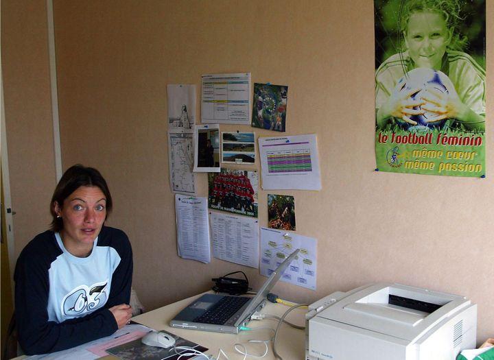 Corinne Diacre dans son bureau de la Ligue de football régional à Angoulême (Charente), le 29 novembre 2002. (DERRICK CEYRAC / AFP)