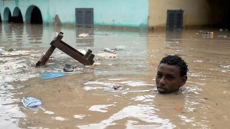 suite aux trombes d'eau qui ont accompagné le cyclone tropical Sagar. Toute la corne de l'Afrique a été touchée, principalement la Somalie, où 16 personnes ont trouvé la mort au Somaliland. Au Puntland, deux hommes ont été emportés par les eaux dans leur voiture dans une vallée à Bosaso. Selon un communiqué d'un responsable du Bureau de coordination des Affaires humanitaires (Ocha), le cyclone a détruit des routes et des infrastructures de communication, rendant difficile une estimation sur l'intégralité des dommages au Somaliland. Le passage de Sagar a également fait deux morts à Djibouti, où plusieurs quartiers ont été inondés, touchant entre 20.000 et 30.000 personnes, selon l'Ocha. (MOHAMED ABDIWAHAB / AFP)