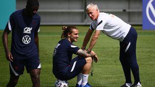 Didier Deschamps avec Antoine Griezmann à l'entraînement à Munich, le 16 juin (FRANCK FIFE / AFP)