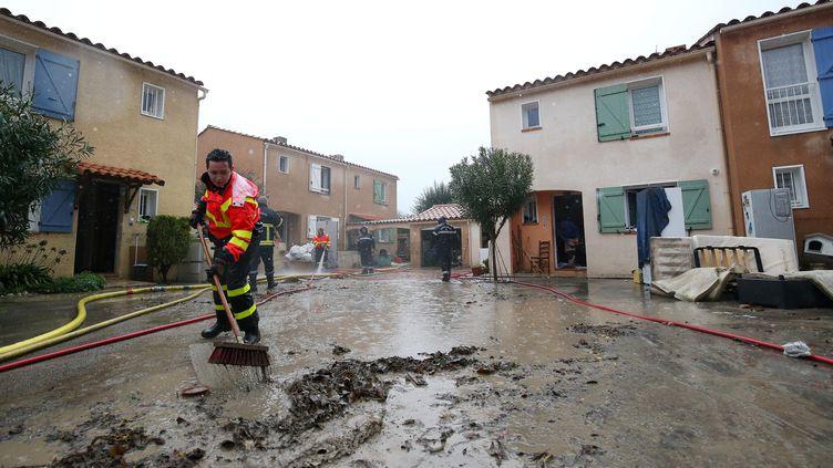 Les habitants du quartier des Ferrayonnes nettoient leur habitations, le 24 novembre 2019 à Villeneuve-Loubet (Alpes-Maritimes). (FRANCOIS VIGNOLA / MAXPPP)