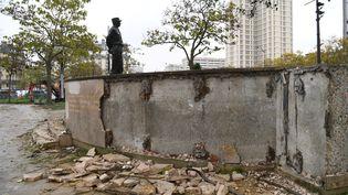 """La stèle du maréchal Juin dégradée en marge d'une manifestation de """"gilets jaunes"""", à Paris, le 18 novembre 2019. (ALAIN JOCARD / AFP)"""