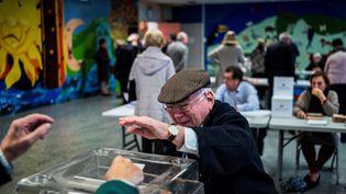 Un bureau de vote à Lyon, lors de la primaire de la droite en novembre 2016 (JEFF PACHOUD / AFP)