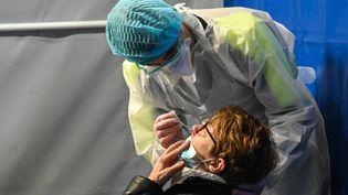 Une femme se fait tester au Covid-19, ici à Dunkerque (illustration), le 23 février 2021. (DENIS CHARLET / AFP)