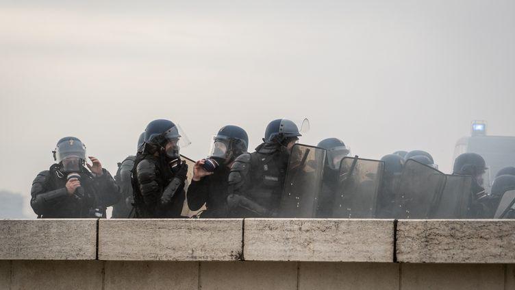 """Forces de l'ordre lors d'une manifestation de """"Gilets jaunes"""" à Lyon, le 9 février 2019. (NICOLAS LIPONNE / NURPHOTO VIA AFP)"""