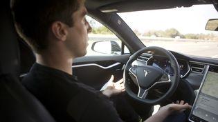 """Le système de pilotage automatique de la Tesla """"Model S"""" est présenté à Palo Alto (Etats-Unis), le 14 octobre 2015. (BECK DIEFENBACH / REUTERS)"""