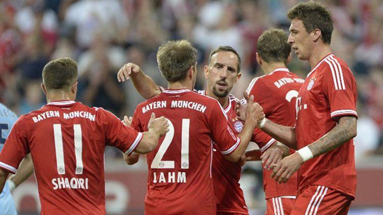 Franck Ribéry félicité par ses partenaires du Bayern Munich (CHRISTOF STACHE / AFP)