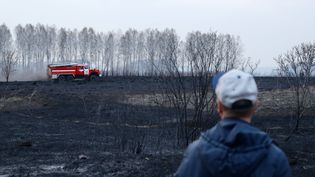 Un camion de pompier intervient sur un incendie, le 23 avril 2020 dans la région de Novossibirsk (Russie). (KIRILL KUKHMAR / TASS / SIPA)