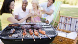 Selon l'industrie du barbecue aux Etats-Unis, un mois d'heure d'été en plus représente pour elle 200 millions de dollars de ventes de barbecues et de charbon supplémentaires. (BANANASTOCK / AFP)