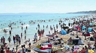 Les autorités britanniques sont remontées contre des milliers de personnes qui se sont ruées sur les plages à cause de la vague de chaleur, alors même que le déconfinement n'est pas terminé. (FRANCE 2)