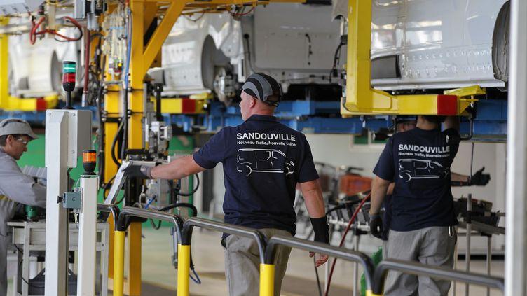 Des salariés au sein de l'usine Renault de Sandouville, le 30 septembre 2014. (Photo d'illustration) (CHARLY TRIBALLEAU / AFP)