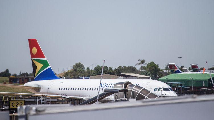 Un avion de la compagnie South African Airways à l'aéroport international de Johannesburg, en Afrique du Sud, le 15 novembre 2019. Photo d'illustration. (MICHELE SPATARI / AFP)