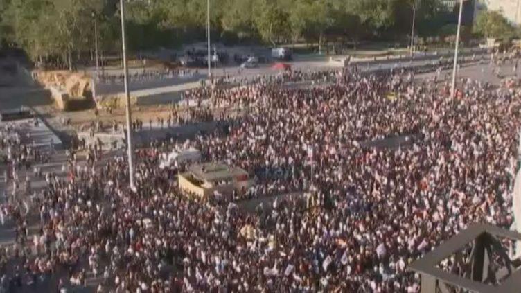 Des milliers de manifestants sont retournés sur la place Taksim à Istanbul (Turquie) pour commémorer l'assaut donné par la police une semaine plus tôt au parc Gezi,le 22 juin 2013. (APTN / FRANCETV INFO)